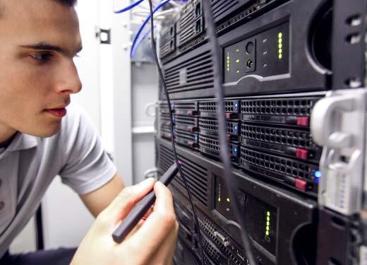Stagiaire suivant une formation Cisco